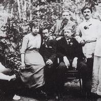 В центре (с трубкой) - Владимир Татлин. Позади него - Иван Клюн справа - Малевич и его вторая жена София Рафалович ок. 1915